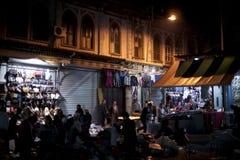 Uliczny rynek przy nocą ludzie, pełno Zdjęcia Royalty Free