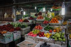 Uliczny rynek w kapitale z tacami egzotyczne owoc zdjęcie royalty free
