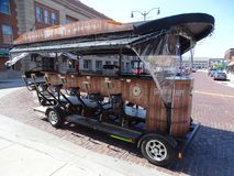 Uliczny samochód projektujący dla 12 turysty peddle wokoło miasteczka jako atrakcja turystyczna zdjęcia stock