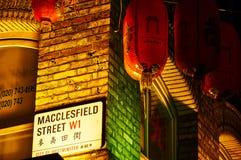 Uliczny signage na czerwonym ściana z cegieł przy noc Czerwonym lampionem w Chinatown Londyńskim chińskim nowym roku obraz stock