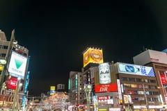 Uliczny widok budynki wokoło miasto nocy Obraz Royalty Free