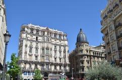 Uliczny widok centrum miasta budynki mieszkalni w Madryt, Hiszpania zdjęcie stock