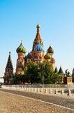 Uliczny widok dach Świątobliwych basilów placu czerwonego katedralny Mos fotografia royalty free