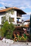 Uliczny widok i kamień brukowaliśmy drogę, Bansko, Bułgaria Obraz Stock