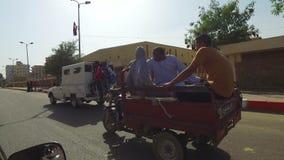 Uliczny widok lokalni ludzie jedzie na trzy kołodziejów pickup zbiory wideo