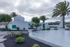 Uliczny widok piękny mieszkaniowy biały i zielony dom w Lanzarote fotografia royalty free