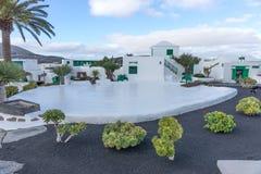 Uliczny widok piękny mieszkaniowy biały i zielony dom w Lanzarote zdjęcia royalty free