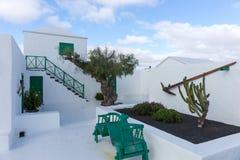 Uliczny widok piękny mieszkaniowy biały i zielony dom w Lanzarote obraz stock