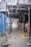Uliczny widok poniższa odbudowy fasada Metalu constructio fotografia royalty free