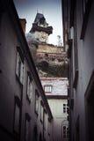 Uliczny widok przyglądający przy Graz zegarowy wierza w Austria up Obraz Royalty Free