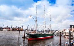 Uliczny widok statek wycieczkowy w schronieniu Hamburg, Germany Zdjęcie Stock