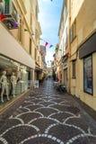 Uliczny widok w Antibes starym miasteczku, Francja Zdjęcia Stock