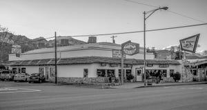 Uliczny widok w historycznej wiosce Samotna sosna MARZEC 29, 2019 - SAMOTNY SOSNOWY CA, usa - obrazy stock