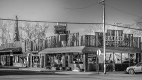 Uliczny widok w historycznej wiosce Samotna sosna MARZEC 29, 2019 - SAMOTNY SOSNOWY CA, usa - fotografia stock