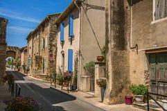 Uliczny widok z kamieni domami w centrum miasta du Fotografia Stock