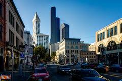 Uliczny widok z samochodami i niebieskim niebem w Seattle Waszyngton Jednoczył Fotografia Stock