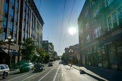 Uliczny widok z samochodami i niebieskim niebem w Seattle Waszyngton Jednoczył Fotografia Royalty Free