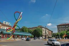 Uliczny widok z samochodami, kolorowa nowożytna rzeźba w Mediolan obrazy stock