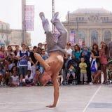 Uliczny wykonawca breakdancing na ulicie Zdjęcie Stock
