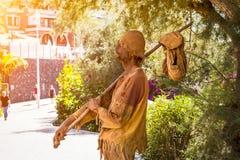 Uliczny wykonawca przedstawia tułaczego biednego człowieka, Costa Adeje, Obrazy Stock