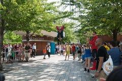 Uliczny wykonawca skacze up i podrzuca dla tłumu. Obraz Stock