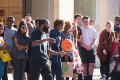 Uliczny wykonawca z koszykówką przed tłumem zdjęcia stock