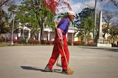 Uliczny wymiatacz w Kubańskim kwadracie zdjęcie stock