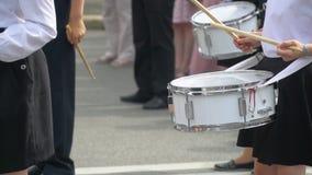 Uliczny występ świąteczny marsz dobosz chłopiec w kostiumach na miasto ulicie i dziewczyny W górę dziewczyny ręki zdjęcie wideo