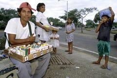 Uliczny życie Managua, sprzedawcy papierosy i woda Zdjęcia Royalty Free