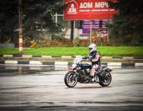 ULIYANOVSK俄罗斯15 10 2016个骑自行车的人关闭motoseason-2016,在Akvamoll Zasviyazhie前面的正方形 图库摄影