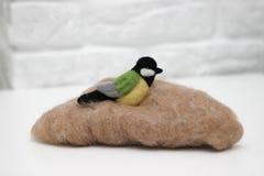 Ull felted fågel på ull för felting arkivfoto