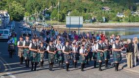 ULLAPOOL, ΣΚΩΤΙΑ - 17 ΙΟΥΛΊΟΥ: Παρέλαση Bagpipes στην τοπική ορεινή περιοχή Στοκ Εικόνες