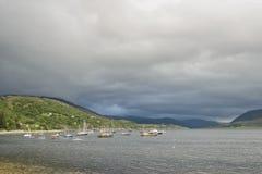 Ullapool-Hafen auf Loch-Besen lizenzfreie stockfotos