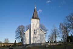 Ullerøy die (de Kerk van het Eiland Uller) het noorden onder ogen ziet. Stock Foto