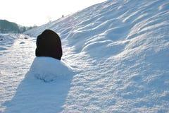 Ullig hatt på snön på solnedgången fotografering för bildbyråer