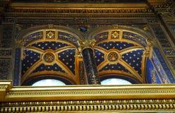 Ullioned-Fenster mit Goldverzierung auf tiefem blauem Hintergrund im Tempel dell'Incoronata in im Stadtzentrum gelegenem Lodi in  Lizenzfreies Stockfoto