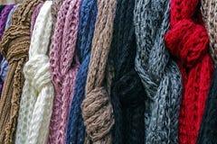 Ullscarves av olikt färgar Arkivbilder