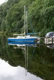 ULLSWATER, LAGO DISTRICT/ENGLAND - 22 DE AGOSTO: Barcos amarrados em U imagem de stock royalty free