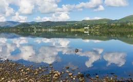 Ullswater le montagne di Cumbria Inghilterra dei laghi ed il cielo blu e le nuvole BRITANNICI Fotografia Stock