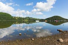 Ullswater sjöarna Cumbria England UK med berg och blå himmel och moln på härlig lugna sommardag Royaltyfri Fotografi