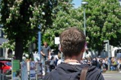 Ulm, BW, Duitsland-mag 24, 2019: jonge mens het aanwezig zijn demonstratie van schoolstudenten tegen klimaatverandering royalty-vrije stock foto's