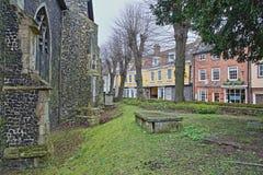 Ulmen-Hügelpflasterstraße mit mittelalterlichen Häusern vom Tudor-Zeitraum mit St Simon und St. Jude Chuch auf dem links lizenzfreies stockfoto