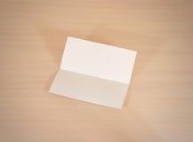 Ulotka białego papieru broszurki pusty mockup na drewnianym stole Sho obraz royalty free