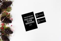 Ulotka, wizytówek bożych narodzeń skład dla oznakować jodeł gałąź, rożki i boże narodzenie dekoracje na białym tle, Zdjęcie Stock