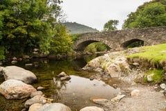 Ulpha bro i den Duddon dalen royaltyfri bild