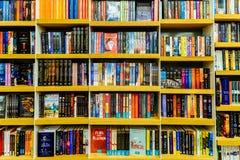 Ultima letteratura famosa dei libri da vendere nel deposito di libro delle biblioteche fotografie stock