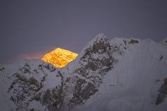 Ultima luce dorata prima del tramonto alla montagna di Everest Durante il modo al campo base di Everest Fotografia Stock