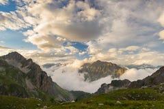 Ultima luce solare calda sulla valle alpina Immagine Stock Libera da Diritti