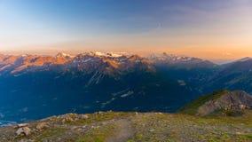 Ultima luce solare morbida sopra i picchi, le creste e le valli di montagna rocciosa delle alpi ad alba Paesaggio estremo del ter Fotografie Stock Libere da Diritti