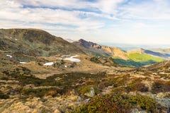 Ultima luce solare morbida sopra i picchi, le creste e le valli di montagna rocciosa delle alpi al tramonto Paesaggio della provi Immagine Stock